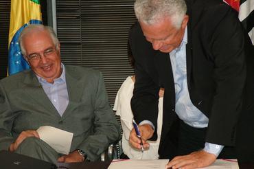 Castro Olyntho (Sabesp) e Cleyton Pinteiro (CBA) celebrando o acordo