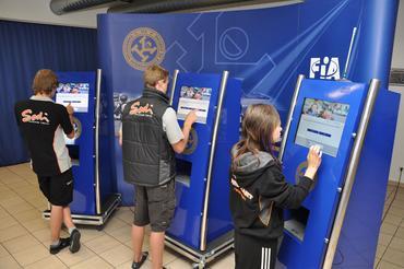 Os pilotos fazem prova em terminais de computador