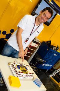 Giuliano Losacco e o bolo que ganhou da equipe em comemoração aos 34 anos