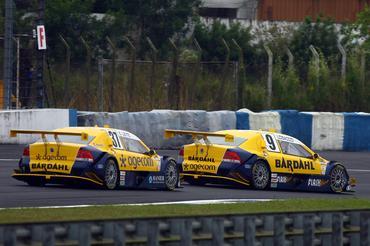 Os pilotos da Hot Car juntos na pista de Curitiba.