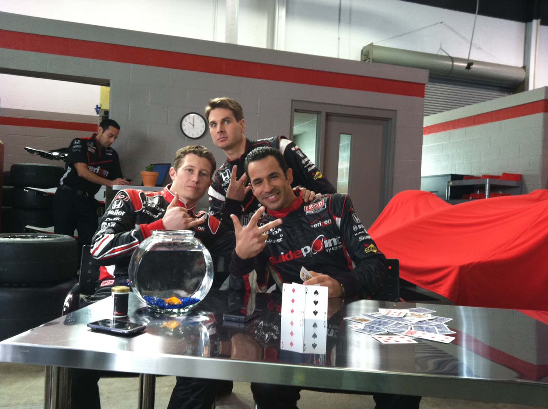 press_heliocastroneves_ryanbriscoe_willpower_comercialverizon