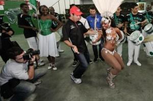 Campeão de dança, Helio Castroneves juntou-se à rainha da bateria na quadra