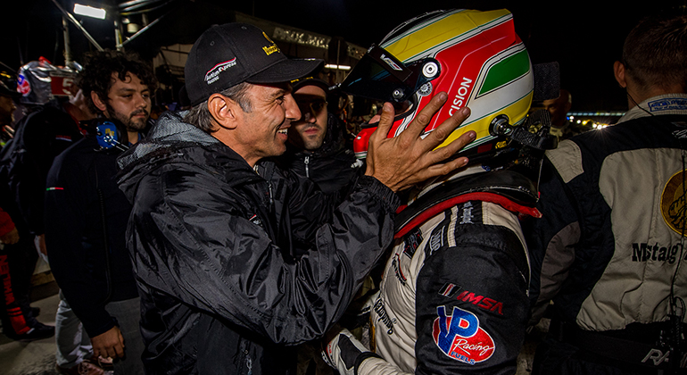 Brasileiros celebram título: Fittipaldi (E) cumprimenta Nasr (José Mário Dias)