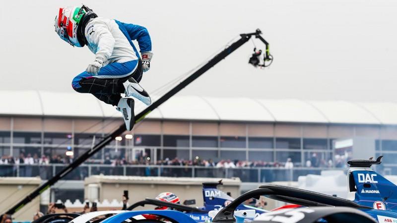 Vencedor António Felix da Costa sai do seu carro em estilo duplo mortal carpado (Fotos FIA/F-E)