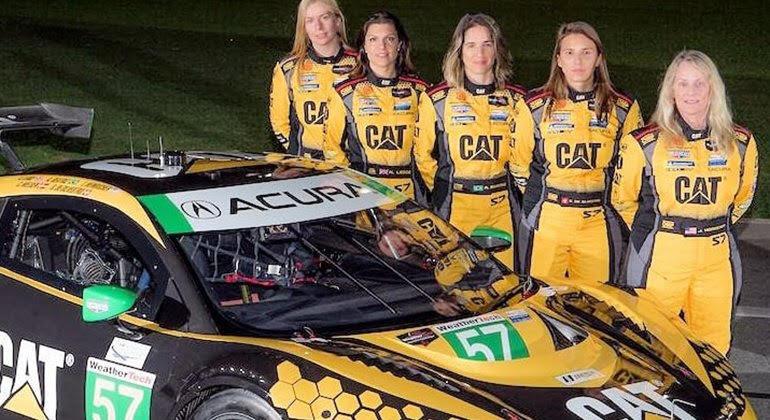 Bia Figueiredo (centro) estreia em Daytona em uma equipe feminina (IMSA)