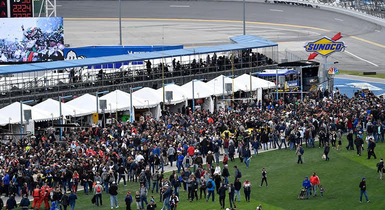 Público tem amplo acesso a várias partes do circuito e passeio é parte do show (Fotos IMSA)