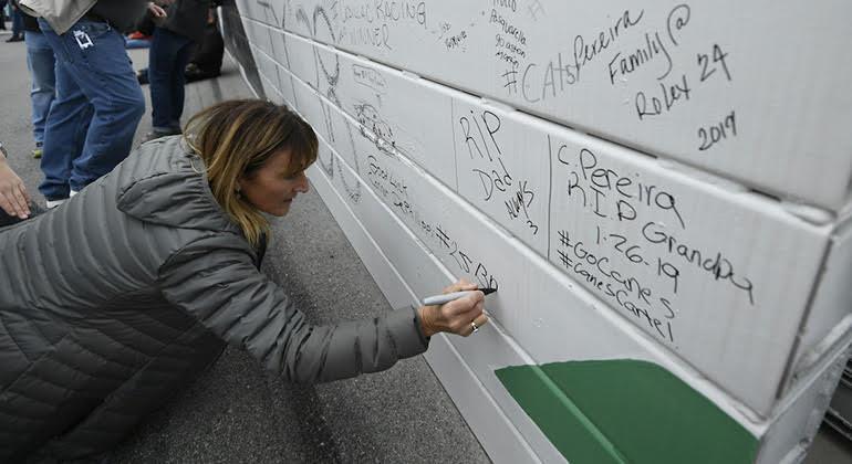 Antes da largada fans podem deixar marcas nos muros da pista