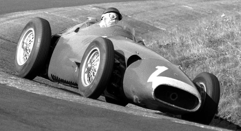 Juan Manuel Fangio, aqui visto em um Nürburgring a bordo de uma Maserati 250-F, teve apoio de Juan Perón (F1.com)