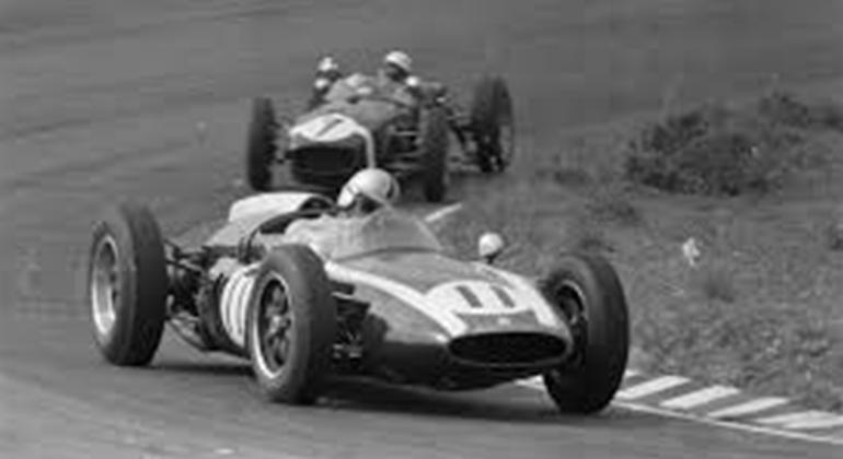 O construtor inglês John Cooper inovou ao construir o primeiro chassi com motor traseiro (John Cooper Heritage)