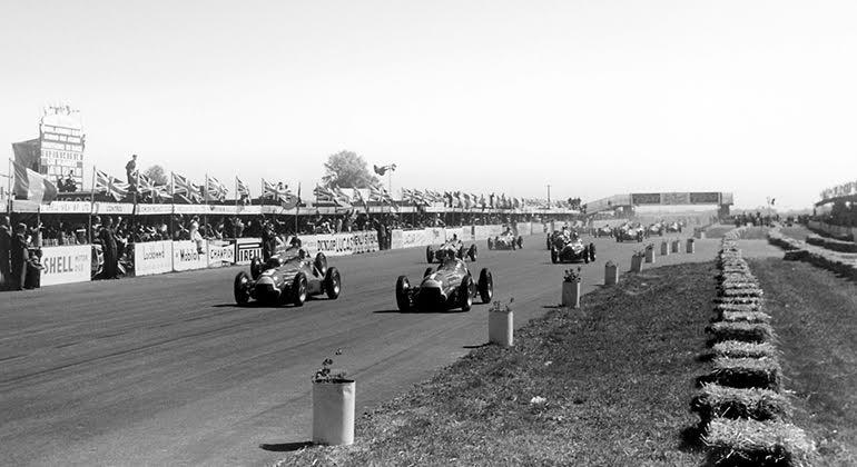 Fangio (1) e Reg Parnell, preparam-se para alinhar na primiera fila do GP da Grã-Bretanha de 1950 (RetroF1)
