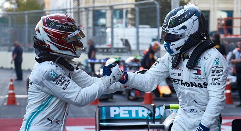 Cena comum de 2019: em Baku, Lewis Hamilton (E) e Valtteri Bottas celebram mais uma dobradinha (Mercedes)