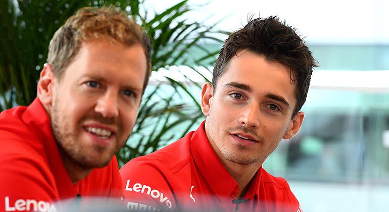 Corrida após corrida é Leclerc (D) quem mais se destaca entre os dois pilotos da Scuderia (Ferrari)
