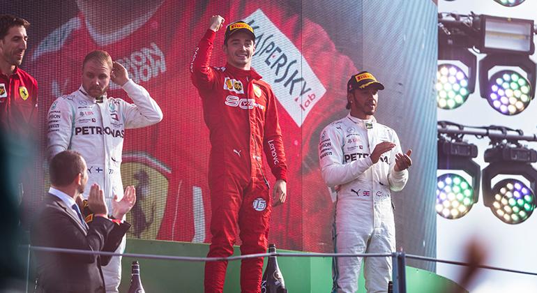 Charles Leclerc (centro) tenta a terceira vitória consecutiva após ganhar em Monza e em Spa (Ferrari)