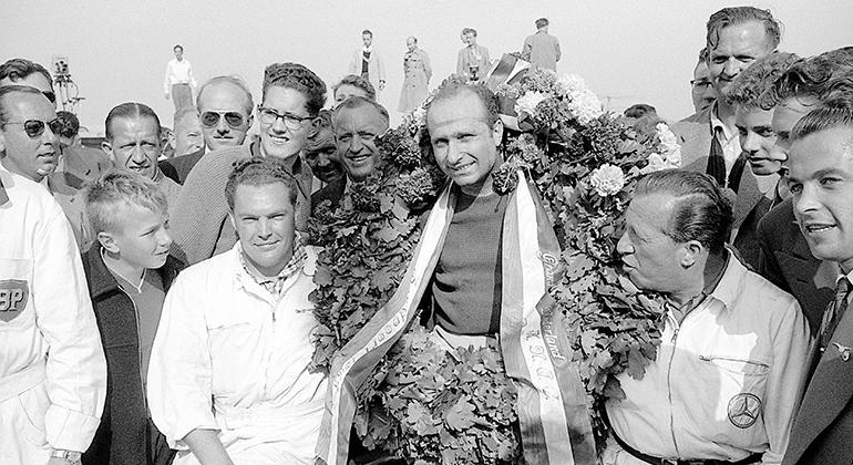 """Para Juan Manuel Fangio, vencedor do GP da Holanda de 1955, """"corridas são corridas..."""" (Mercedes)"""