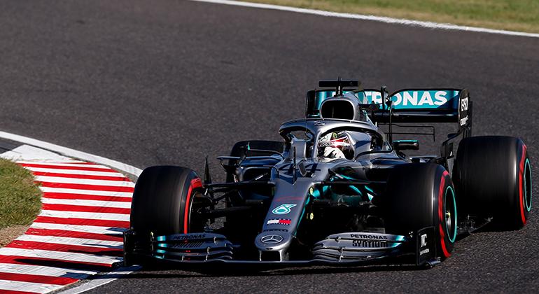 Lewis Hamilton liderava, mas troca de pneus o deslocou para o terceiro lugar (Mercedes)