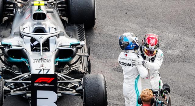 Valtteri Bottas (E) ainda pode ser campeão, mas seu companheiro de equipe é o favorito (Mercedes)