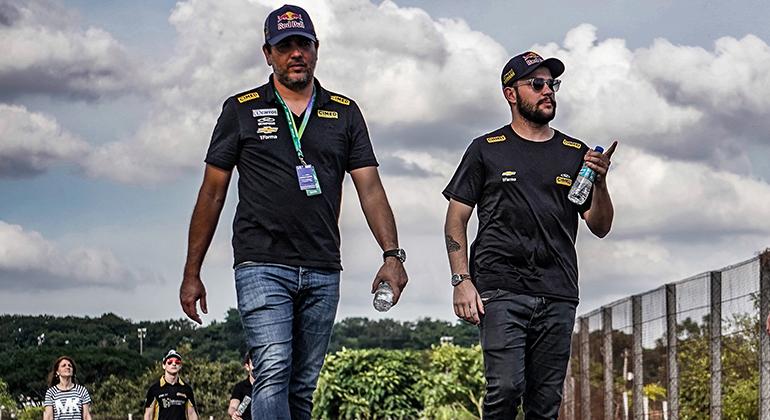 Cacá Bueno (E), ao lado de Felipe Fraga, aposta em tempos melhores (Duda Bairros/Vicar)