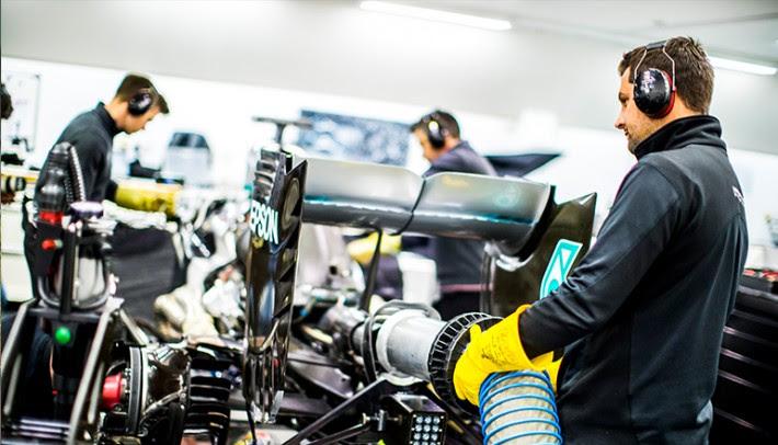 Mecânicos da Mercedes se habituam a trabalhar sob regras de distanciamento (Mercedes)