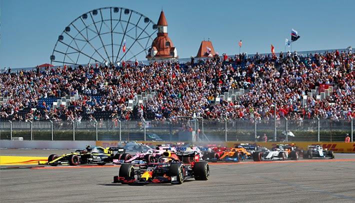 Max Verstappen aproveitou os equívocos de Hamilton e ficou em segundo (Red Bull)