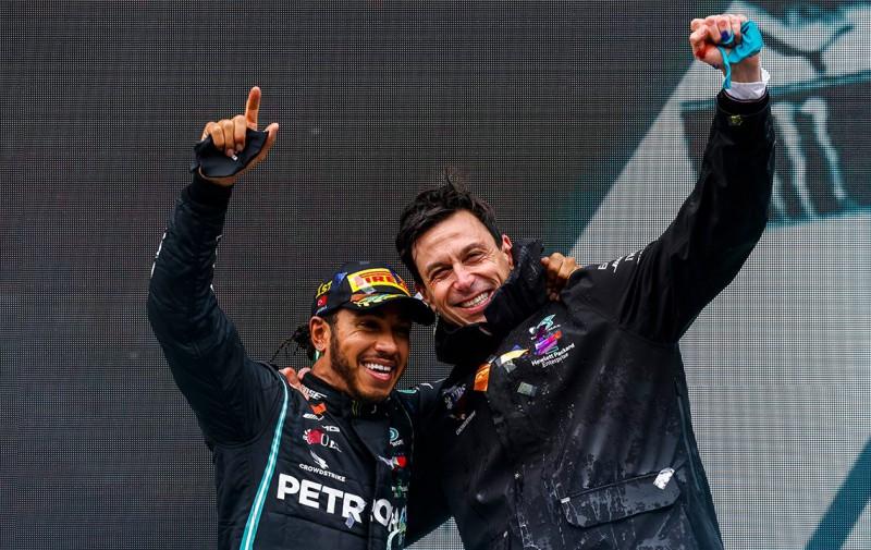 Lewis Hamilton e Toto Wolff seguirão juntos por mais um ano (Mercedes)