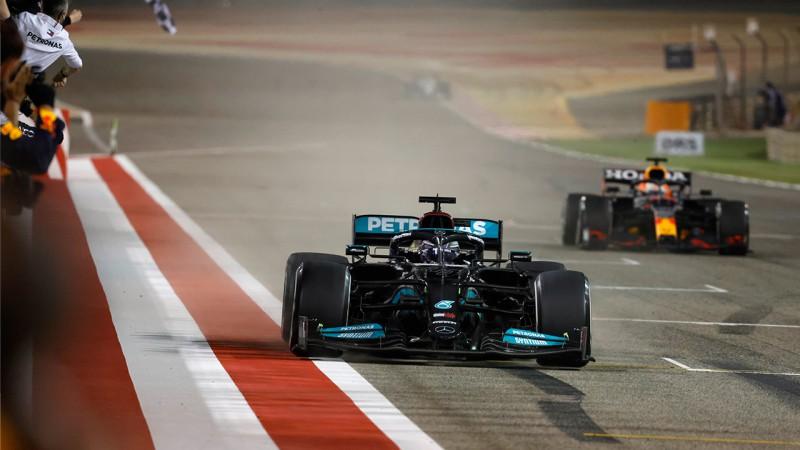 """A chegada apertada: diferença entre Hamilton e Verstappen foi de 0""""775 (Mercedes)"""